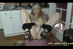 Horny Tyro Milf Goes Unreasoned Overhead The brush Dildo Together with Orgasms